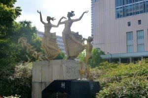역 주변의 조각상들은 약간의 예술적인 느낌을 준다.