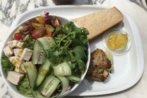 Salad-saladnya sangat enak dan dilengkapi dengan beberapa hidangan sampingan seperti kentang panggang dan roti dengan marmalade