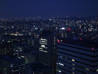 在高速上升的電梯,人員講解了關於福岡塔的資訊和歷史。