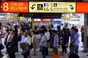 Selama jam-jam sibuk, penumpang selalu mengantre dengan rapi di peron
