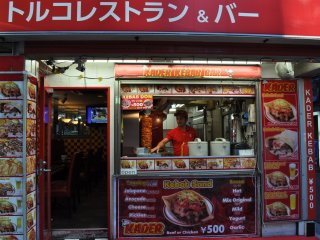 Bar Kader Kebab di Roppongi: Daging kebab dibuat dengan cara menumpuk irisan-irisan daging sapi pada tusukan sate yang dapat diputar, yang memberikan garansi daging matang merata dan tidak kering.