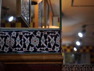 Dekorasi yang sederhana dengan 20 tempat duduk dan di dalam bar terdengar suara dari channel berita Turki yang dinyalakan dengan lirih