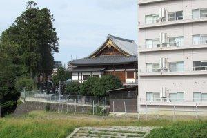 Старинные храмы соседствуют с новыми домами