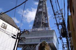 A visão da Torre Tsutenkaku ao virar uma esquina