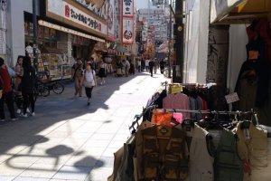 Roupa em primeira ou segunda mão, muitas bancas de comida de rua, restaurantes e comércio variado