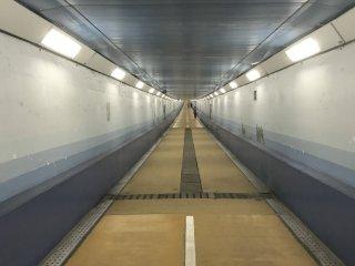 Terowongan pejalan kaki yang menghubungkan Shimonoseki dan Moji dari bawah Selat Kanmon