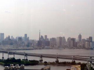 Parte da Rainbow Bridge e a Tokyo Tower no fundo