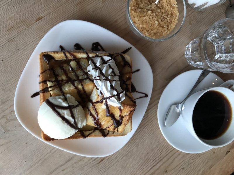 ขนมปังปิ้งน้ำผึ้งและกาแฟ เป็นอาหารเพียงสองอย่างที่มีอยู่ในเมนูของที่นี่