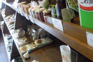 Makanan-makanan sehat, produk-produk pertanian, khususnya telur (terlihat sangat spesial)