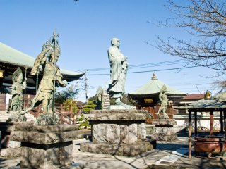The statues of Nichiren and the four Heavenly Kings