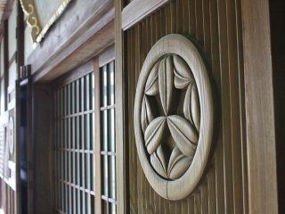 아름답게 조각되어 있는 메인 홀로 향하는 문