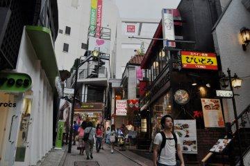 <p>Diferentes tiendas por la pendiente de Supeinzaka</p>