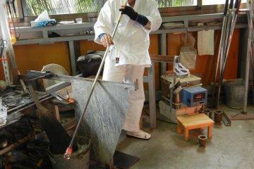 <p>คุณทาคาฮาชิแสดงวิธีเป่าแก้วคนเดียว</p>
