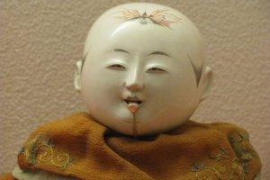 У этой куклы двигается язычок