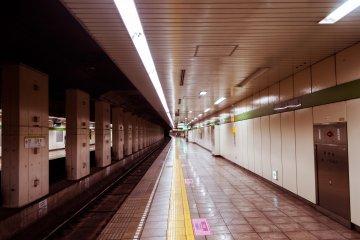The Shinjuku line Sumiyoshi station is near the Hanzomon line.