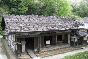 Крыша, укреплённая камнями