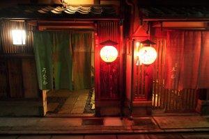 คนที่หลงใหลในโคมไฟญี่ปุ่นไม่ต้องรอให้ถึงงานเทศกาล กิออนมีโคมไฟให้ชมทุกคืนจนจุใจ