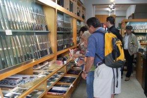 Des clients scrutent la sélection du magasin