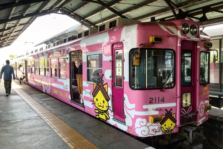 Gần như không thể bỏ lỡ chuyến tàu này- nó có màu hồng sáng!