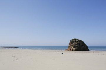 Beach and shrine at Inasa-no-Hama