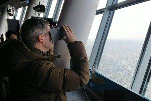 Asomándose por la Skytree usando realidad virtual.