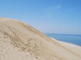 Nhìn những con người trên đỉnh đồi đi, bấy nhiêu cũng đủ để bạn thấy được kích cỡ và quy mô của đồi cát rồi đó!