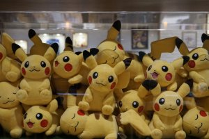 Boneka-boneka Pikachu yang menjadi pajangan kafe