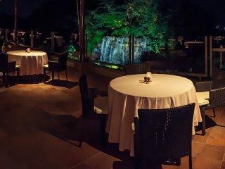 발코니에로까지 연장된 식당. 큰 폭포와 오카야마 시의 멋진 뷰도 제공한다.