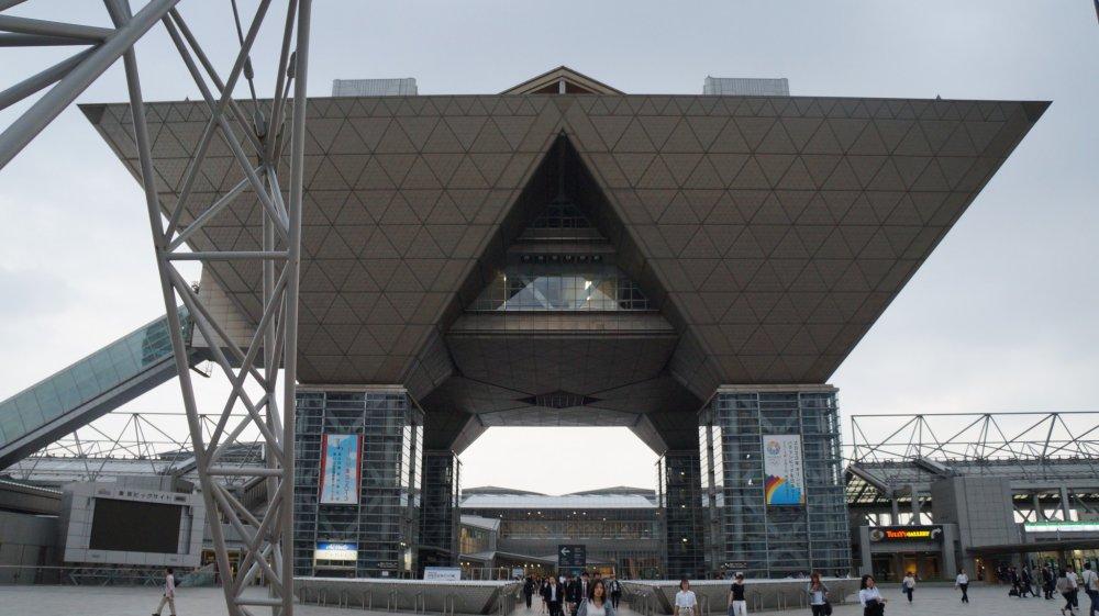 58 미터의 컨퍼런스 타워는 4 개의 역 피라미드로 구성되어 있으며 도쿄 빅 사이트의 상징적 특징이다