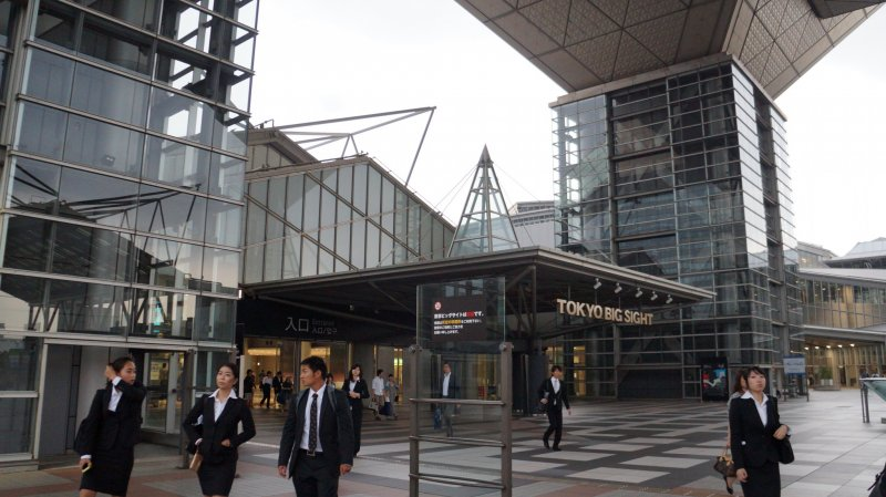 도쿄 빅 사이트의 첨단 기술과 독특한 건축물은 철근 콘크리트 구조물, 유리 및 티타늄으로 된 강철 프레임을 사용하여 현대적이고 들쭉날쭉한 모양의 효과를냅니다.