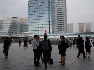ตอนที่ฉันไปที่โตเกียว บิค ไซท์ งานใหญ่ในวันนั้นคือ Tokyo Career Forum งานหางานสำหรับนักเรียนนักศึกษา และบริษัทที่กำลังรับสมัครพนักงานที่สามารถพูดได้ทั้งสองภาษา ทำให้พื้นที่แห่งนี้เต็มไปด้วยนักศึกษา