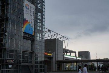 왼쪽의 현수막은 도쿄가 후보 도시 인 2020 올림픽과 패럴림픽을 언급한다. 도쿄가 선정되면, 도쿄 빅 사이트는 레슬링, 파워 리프팅, 보치아, 태권도, 펜싱과 같은 특정 행사를 개최한다.