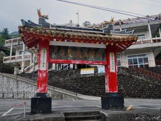 Một Paifang của Trung Quốc (một cánh cổng tương tự như Torii của Nhật Bản thường đánh dấu sự chuyển đổi của một nơi vô thần thành chốn linh thiêng) nằm gần thác Nachi