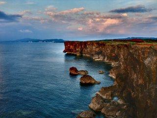 Đường bờ biển gồ ghề của mũi đất Zanpa tạo nên phông nền hoàn hảo vào bất kì thời gian nào trong ngày