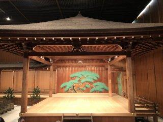 La scène du théâtre Noh, le pin peint à l'arrière est le seul décor, à gauche on aperçoit la fin du pont qui permet l'arrivée des acteurs.