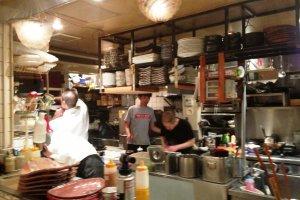 Đầu bếp tại nơi làm việc trong bếp mở tại nhà hàng Mimasuya tại Pontocho của Kamogawa