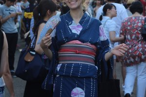 Bạn sẽ nhìn thấy nhiều người đi lễ hội mặc những bộ yukata rất đáng yêu. Cảm ơn Ali đã làm mẫu.