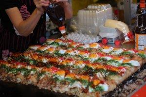 Okonomiyaki với nước sốt