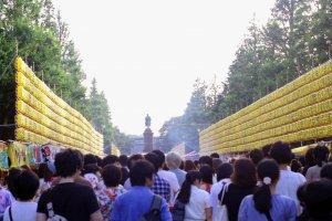 Đoàn người tham dự lễ hội Mitama