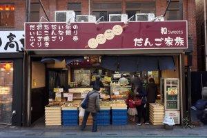 Pintu masuk toko. Di sebelah kiri terdapat daftar rasa yang dijual di Dango Kazoku dan semuanya enak.