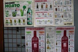 เมนูโมจิโตะและไวน์ที่อยู่ตรงบันได โดเก็นซากะมีไวน์มากกว่า 70 ชนิดและสนนราคาเพียง 2500 เยนต่อขวดเท่านั้น สำหรับไวน์ สปาร์คกิ้งไวน์ คอกเทล และโมจิโตะ เริ่มต้นที่ 600 เยนต่อแก้ว