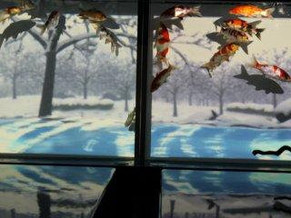 АКВАРИУМ ЧЕТЫРЁХ СЕЗОНОВ: показывает прокручивающиесяизображения четырёх сезонов, служащие в качестве фона для плавающих золотых рыбок.