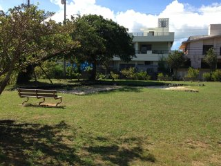 Những chiếc ghế dài này và lốp xe được bao quanh bởi hố cát là dấu hiệu duy nhất chỉ ra Sukubu Koen là một công viên