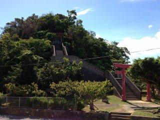 Ngôi đền này được xây dựng trên ngọn đồi là tâm điểm của Công viên Sukubu