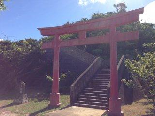 Một cổng đền lớn dẫn đến một con đường quanh co lên đồi