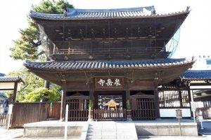 Entrance to Sengakuji in Tokyo