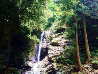 Водопады Цугоэ с расстояния 25 метров. Бассейн, образованный водопадом, не слишком глубокий, но поможет охладиться!