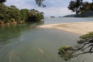 Залив с пляжем возле острова Осима