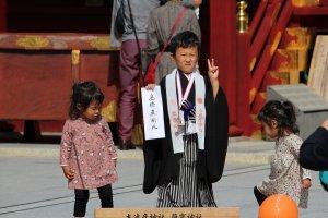 Мальчик, прошедший обряд в храме