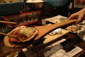 Restoran ini menyajikan hidangan laut yang dibakar, juga kebab daging. Itadakimasu (selamat makan)!